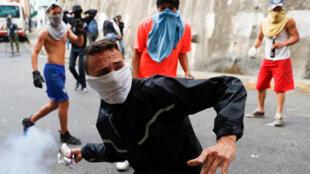 Desde segunda-feira (21), manifestantes voltaram a ocupar as ruas em Caracas.
