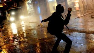 Sena de enfrentamento em uma rua de Istambul,  sexta-feira, 27 de dezembro de 2013.