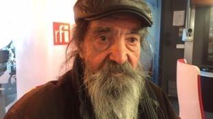O artista Gontran Guanaes Netto nos estúdios da Rádio França Internacional em novembro de 2016.