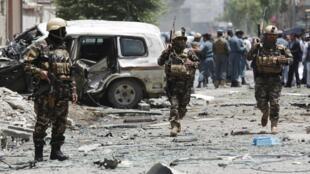 Службы безопасности Афганистана на месте теракта в Кабуле, 7 июля 2015.