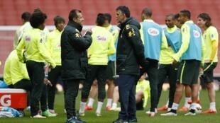O treinador Dunga (à esq.) fez um único treino no Emirates Stadium antes de enfrentar o Chile.