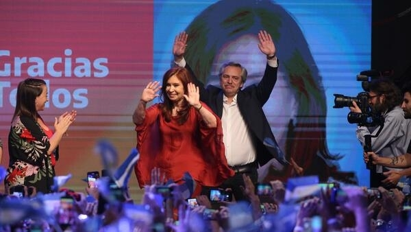 Alberto Fernandez et sa colistière, l'ex-présidente Cristina Kirchner après leur victoire au premier tour, le 27 octobre 2019, à Buenos Aires.
