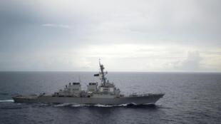 Khu trục hạm có trang bị tên lửa dẫn đường USS Decatur (DDG 73) hoạt động tại Biển Đông. Ảnh chụp ngày 13/10/2016.