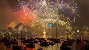 Традиционный фейерверк над оперой в Сиднее, 1 декабря 2015.