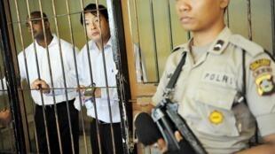 Andrew Chan (c.) et Myuran Sukumaran (g.) lors d'une audience devant la cour de Denpasar, en Indonésie, en octobre 2010.