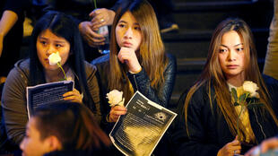 巴黎华人在巴士底广场点烛献花悼念死于枪击的刘少尧