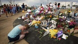Une femme se recueille devant devant le mémorial des victimes de la tuerie d'Aurora, dans le Colorado, le 25 juillet 20012.