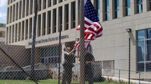 Thủy quân lục chiến Mỹ treo quốc kỳ tại đại sứ quán Hoa Kỳ ở La Habana, Cuba, 02/10/2017.