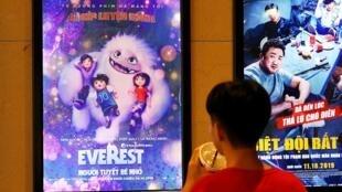 Poster quảng cáo phim Everest, Người tuyết bé nhỏ (tức Abominable) tại một rạp xi nê ở Hà Nội ngày 14/10/2019, trước khi phim bị cấm chiếu.