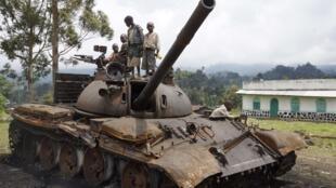 Niños juegan sobre un tanque del M23 abandonado cerca de Goma.