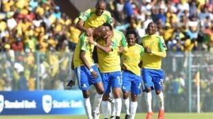 Les Sud-Africains du Mamelodi Sundowns laissent exploser leur joie après leur victoire 3 buts à 0 face à Zamalek ce samedi 15 octobre, en finale aller de la Ligue des champions.