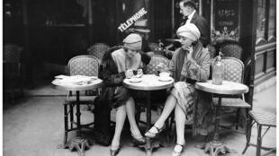 Esplanada de café parisiense, em 1925