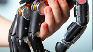 Una mano biónica sensible