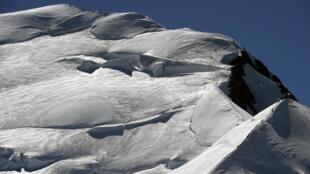 O Mont Blanc, a montanha mais alta da Europa localizadas nos Alpes, na fronteira franco-italiana, perdeu 1 cm em dois anos.