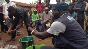 Agentes da Organização Mundial da Saúde (OMS) trabalham na prevenção do Ebola na aldeia de Tedou, na Guiné.
