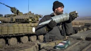 Um soldado do exército ucraniano na frente de batalha em Donetsk, no leste da Ucrânia.