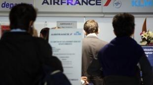 Passageiros diante de guichê da Air France, em Nice, sul da França.