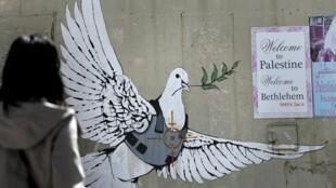 """Une reproduction de la colombe à l'armure fait partie de l'exposition """"The World of Banksy"""" à l'espace Drouot Lafayette à Paris."""