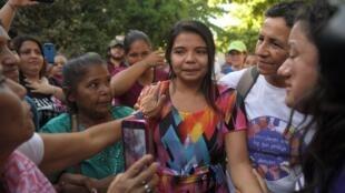 Imelda Cortez, entourée par ses proches, après son acquittement le 17 décembre 2018 à Usulutan.