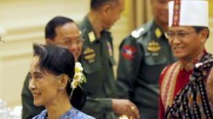 Bà Aung San Suu Kyi và phó tổng thống Henry Van Thio chờ đợi lễ bàn giao với tổng thống mãn nhiệm, 30/03/2016.