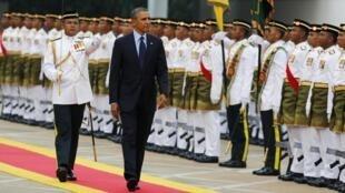 Tổng thống Mỹ Barack Obama duyệt hàng quân danh dự tại Quảng trường Quốc hội ở Kuala Lumpur ngày 26/04/2014.