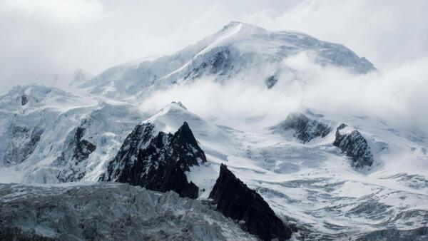 O cume do Dôme du Goûter cujo topo atinge 4304 metros de altitude, no Maciço do Monte Branco.