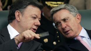 El presidente Santos (izquierda) habla con el ex presidente Uribe. Foto de archivo, 6 de agosto de 2010.