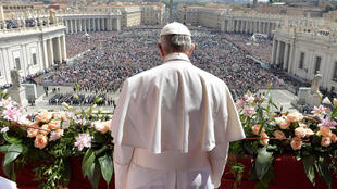 """Папа римский Франциск обращается к собравшимся на площади Святого Петра с пасхальным посланием """"к граду и миру"""", 16 апреля 2017 г."""