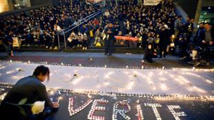 图为华人30日晚在巴黎巴士底广场悼念刘少尧遭枪杀要求查清真相伸张正义的情景