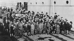 Cerca de 150 mil crianças com idades entre 3 e 14 anos foram desterradas para a Austrália, Canadá, Nova Zelândia, África do Sul, Rodésia (atual Zimbábue).