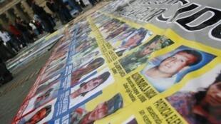 Fotos de las víctimas en una banderola, este 14 de octubre de 2012 en Bogotá.