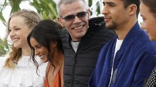 """Equipe do filme """"Mektoub My Love: Intermezzo"""" acompanha diretor Abdellatif Kechiche (no centro, de preto) em apresentação em Cannes"""