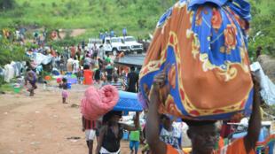 Des ressortissants congolais traversent la frontière entre l'Angola et la RDC au niveau de la ville de Kamako, le 12 octobre 2018.