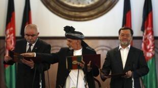 阿富汗新总统加尼宣誓就职,左右两位分别是第一与第二副总统,2014年9月29日。
