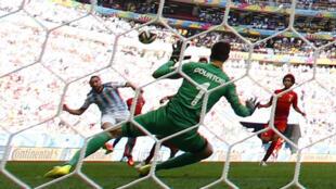 Gonzalo Higuaín quase faz um segundo gol no segundo tempo.