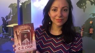 """A historiadora Eneida Queiroz com o seu livro """"A Mulher e a Casa"""""""