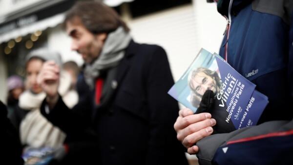 Le candidat à la mairie de Paris et «marcheur» dissident, Cédric Villani, visite un marché, le 25 janvier 2020.