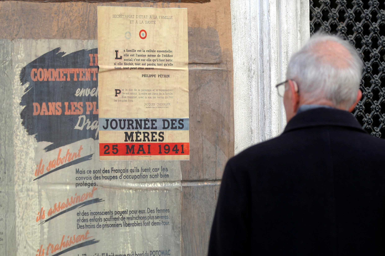 Среди оставленных декораций — плакаты периода нацистской оккупации