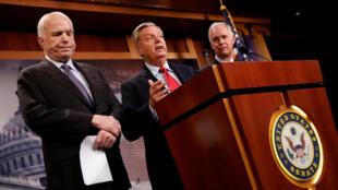 Ba thượng nghị sĩ Cộng Hòa Mỹ Lindsey Graham (G), John McCain (T) và Ron Johnson (P), trong buổi họp báo về luật bảo hiểm y tế tại Capitol Hill, Washington, ngày 27/07/2017.