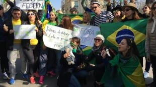 Alguns brasileiros também se menifestaram perto da embaixada do Brasil em França
