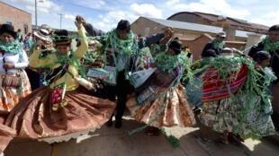 El presidente Evo Morales baila con una comparsa de carnaval en Orinoca, departamento de Oruro, el 16 de febrero de 2015.