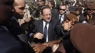 France's President François Hollande greets people in the center of Timbuktu, 2 February, 2013