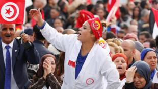突尼斯政府拒絕增加工資後,民眾在突尼斯城舉行的示威活動,2018年11月22日。