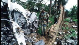 Un soldat du Front patriotique rwandais inspecte le site sur lequel s'est crashé l'avion du président rwandais, Juvénal Habyarimana, quelques jours plus tôt. Le 26 mai 1994.