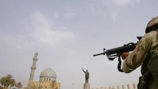 Les Marines américains investissent la place Al-Ferdaous au centre de Bagdad, près de l'hôtel Palestine. Bagdad, le 9 avril 2003.
