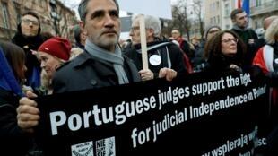 Juízes portugueses também foram a Varsóvia participar do protesto contra reformas do governo conservador polonês.
