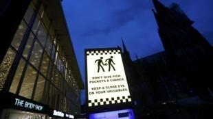 Mise en garde contre les pickpockets devant la cathédrale de Cologne.