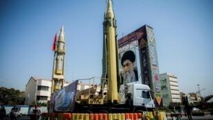 Mô hình tên lửa và chân dung lãnh tụ tinh thần tối cao Iran Ayatollah Ali Khamenei, trên quảng trường Baharestan, Tehran. Ảnh tư liệu chụp ngày 27/09/2017.