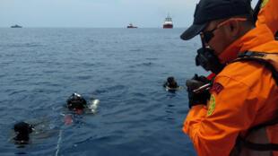 Đội cứu hộ chuẩn bị lặn xuống khu vực định vị xác máy bay của hãng Lion Air, ở bờ biến phía bắc Karawang, tỉnh Java, ngày 29/10/2018.