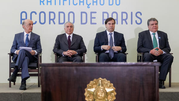 Presidente Michel Temer e ministros, na cerimônia de ratificação do Acordo de Paris sobre as mudanças climáticas.